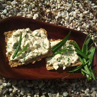 Wild garlic spread with flax seeds