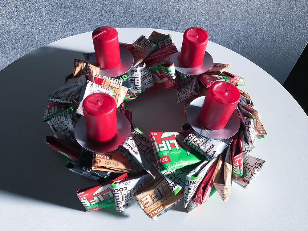 Upcycling von Lifebar Verpackungen zu einem dekorativen Adventkranz